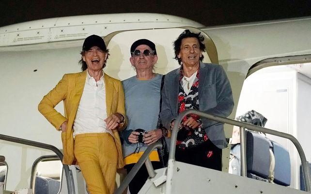 Mick Jagger, Keith Richards, y Ron Wood, de The Rolling Stones, llegan al aeropuerto de Hollywood Burbank, en Burbank, antes de sus conciertos de esta semana en el estadio SoFi de Inglewood, California, para su gira