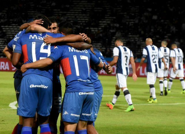 Festejos de Ellacópulos y sus compañeros tras el segundo gol de Tigre.