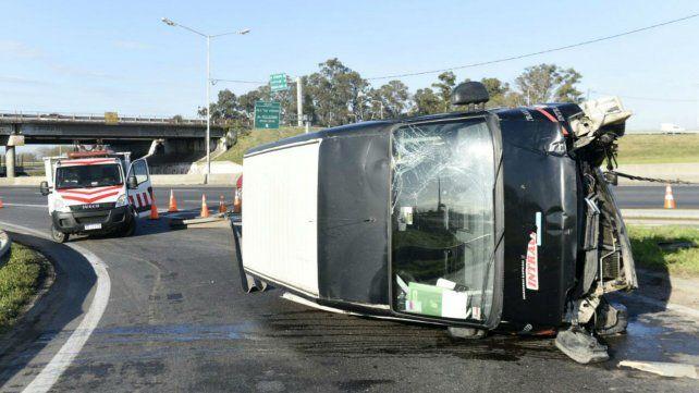 Perdió el control de su utilitario y volcó en el ingreso a la autopista a Córdoba