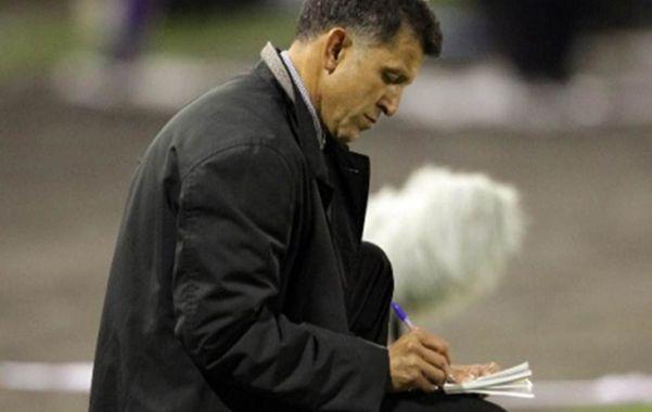 Incansable anotador. Juan Carlos Osorio elevó a la categoría de culto el uso de mensajes escritos en el partido.