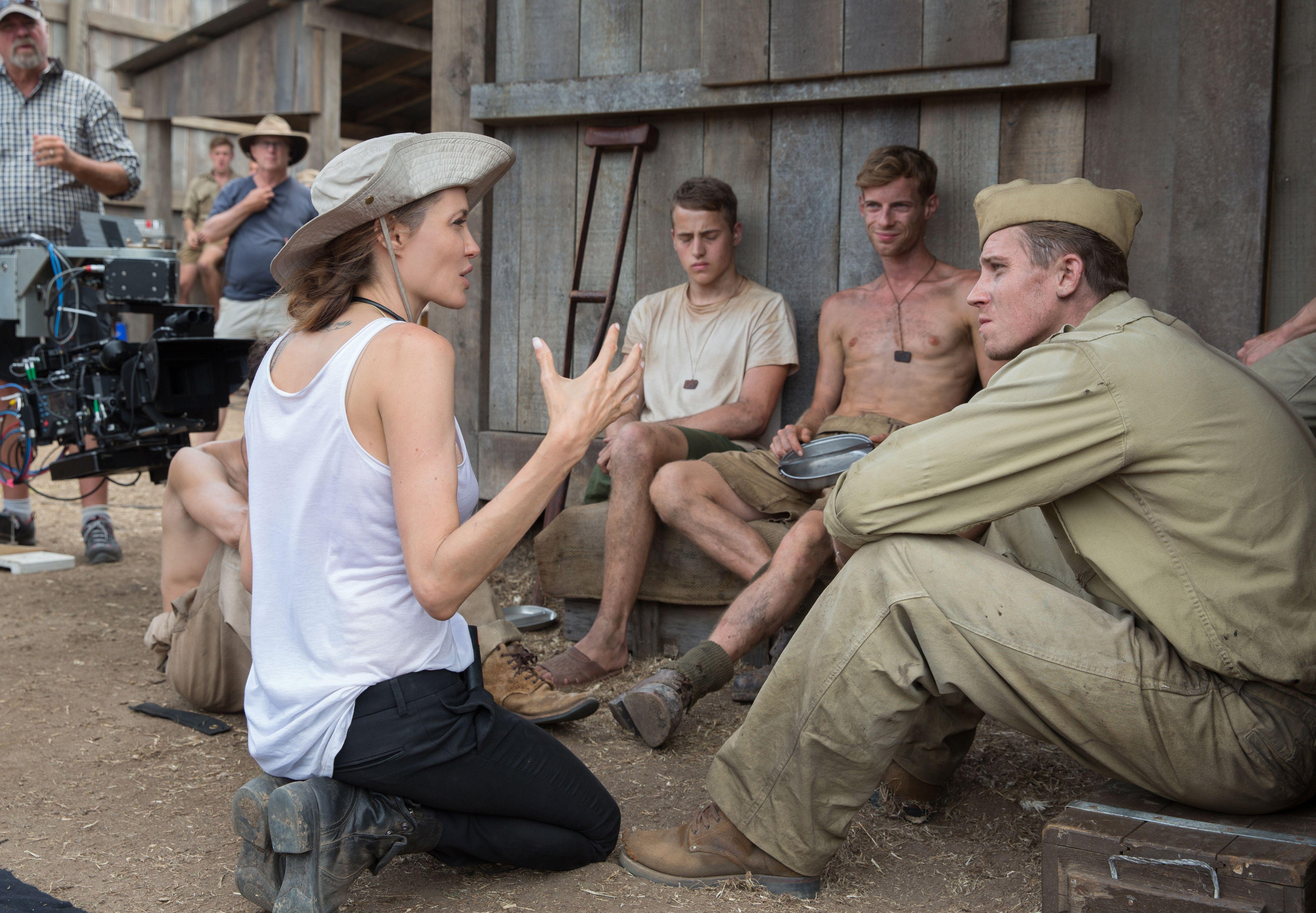 """Jolie habla con Garrett Hedlund en el set de """"Inquebrantable""""."""