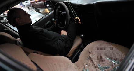 Les robaron un monedero con $ 5 mil al parar el auto frente a un semáforo