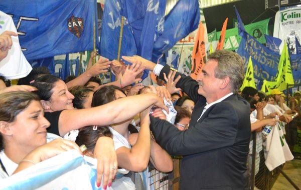 Rossi saluda a lo militantes en el acto de Unidos y Organizados en Paraná.