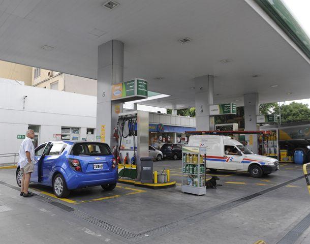 El precio de la nafta fue uno de los factores que elevó la inflación que mide el Cesyac en Rosario. (Foto: N. Juncos)