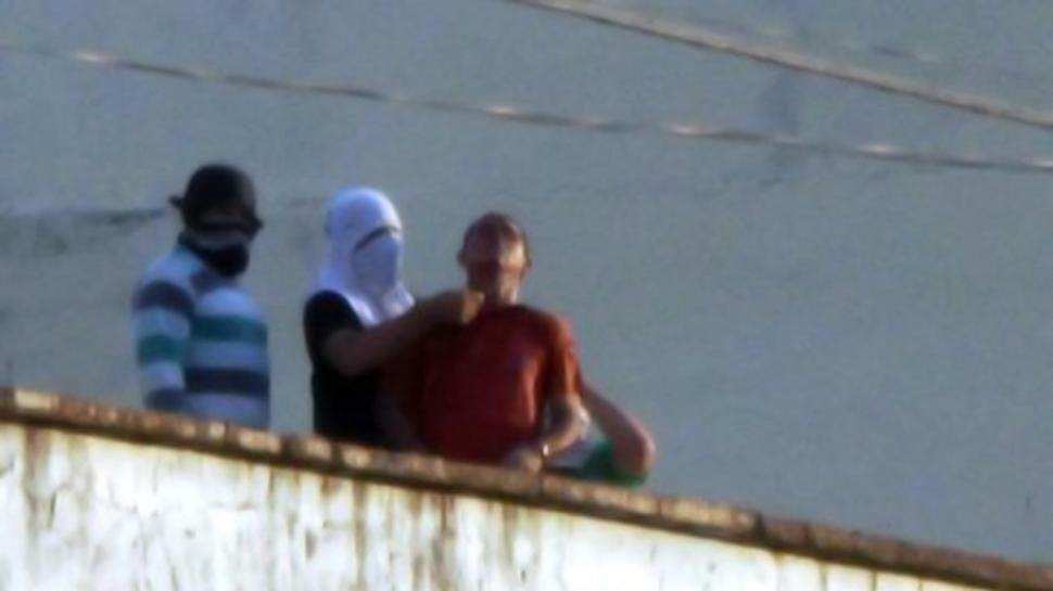 Decapitaron a un preso en un motín y arrojaron su cabeza a la calle