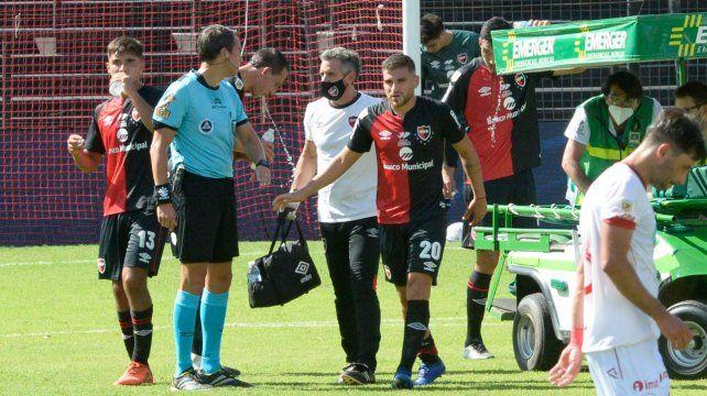 Julián Fernández deja la cancha en el primer tiempo ante Huracán por el golpe que le dio Yacob.