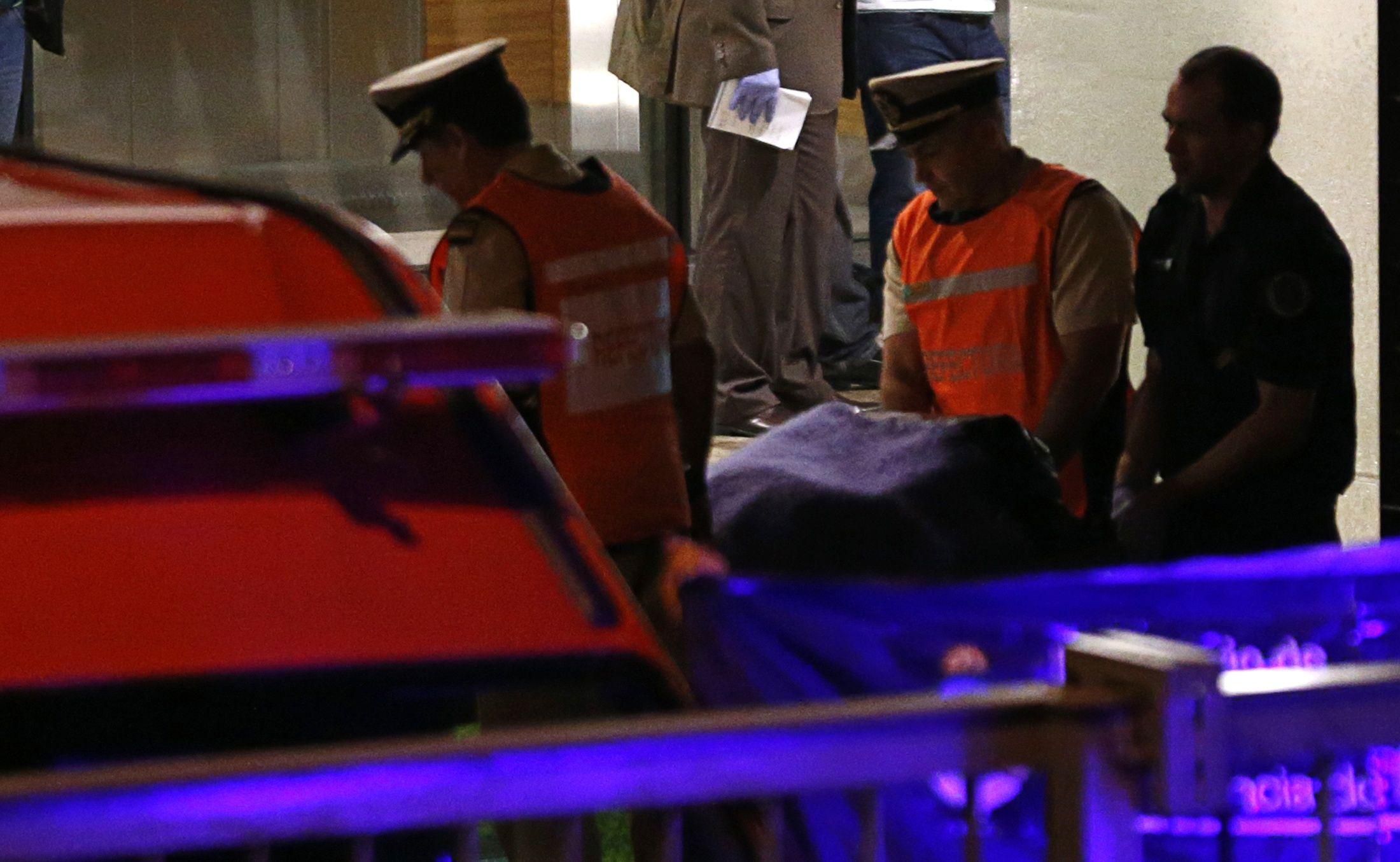 Ayer a la madrugada. Efectivos de Prefectura Naval retiran el cadáver del fiscal de la torre Le Parc. (Foto: Reuters)