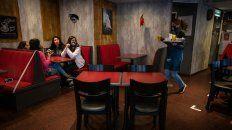 Entre amigas. Un grupo de adolescentes aprovechó para salir a tomar algo en un bar de Buenos Aires.