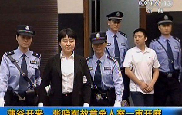 La abogada Gu Kalai (centro) podría ser sentenciada a muerte por asesinar a un ciudadano inglés.
