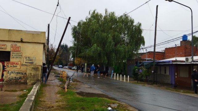 Los cables atraviesan la calle en Clavel al 7300. Debieron desalojar la escuela Ara General Belgrano.