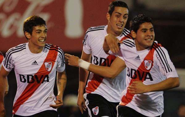 Apareció. Villalva fue titular y anotó el primero. Lo festeja con Funes Mori y Lanzini.