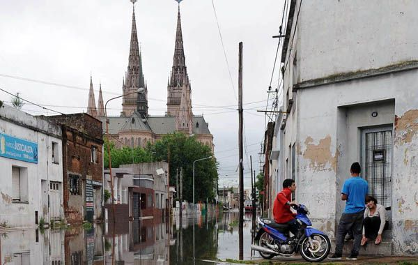Algunos barrios de Luján ya están severamente afectados por las inundaciones y la situación tiende a empeorar.
