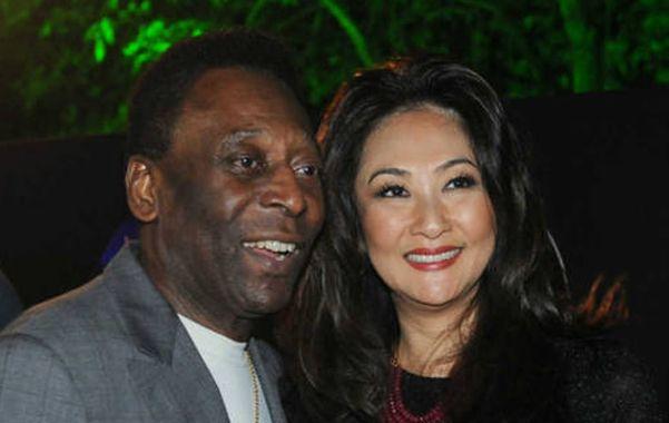 Pelé tiene 73 años y su novia