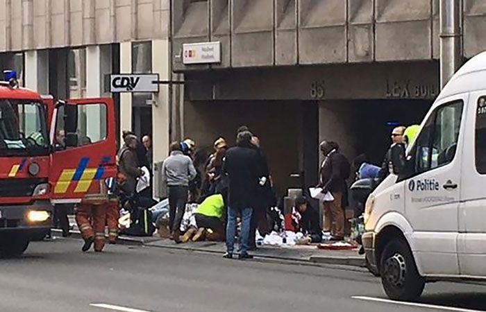 Las víctimas son atendidas en la puerta de metro en el barrio Europeo de Bruselas
