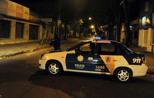 Personal policial trabajaba esta noche en Anchorena al 300 intentando recoger pruebas. (foto: Alfredo Celoria)