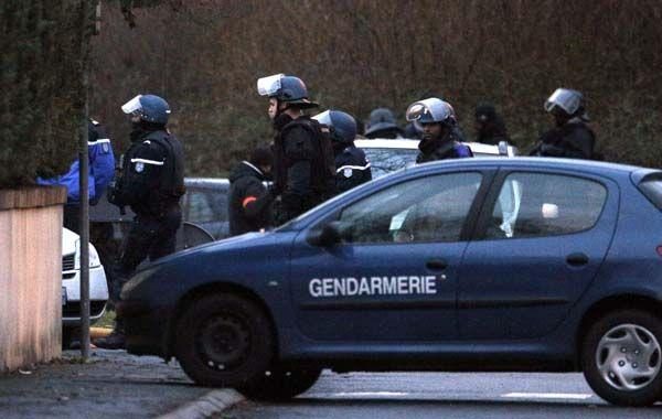 Efectivos policiales franceses se disponen a ingresar al edificio donde estaban atrincherados los terroristas.