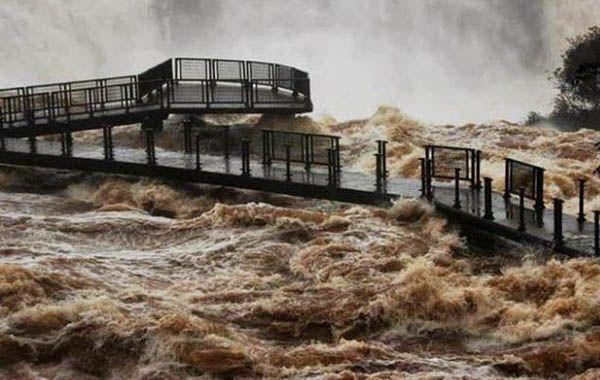 La impresionante crecida obligó a cerrar la pasarela casi tapada por las aguas e inhabilitar el circuito Garganta del Diablo.