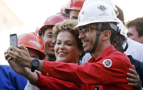 Avance opositor. Dilma se saca fotos con obreros en el estadio Corinthians