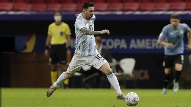 El argentino Lionel Messi va con el balón durante un partido de fútbol de la Copa América contra Uruguay en el Estadio Nacional de Brasilia Brasil, el viernes 18 de junio de 2021. Foto AP / Eraldo Peres