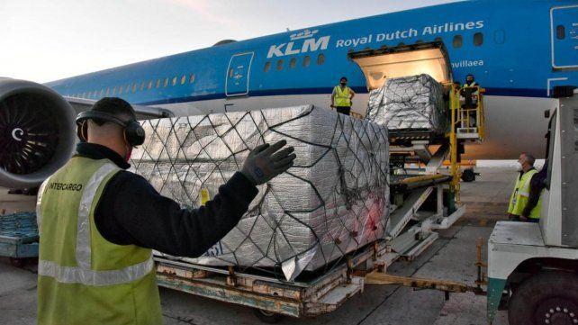 La descarga de las vacunas enviadas por el COVAX que llegaron ayer a Ezeiza en un vuelo de KLM desde Holanda.