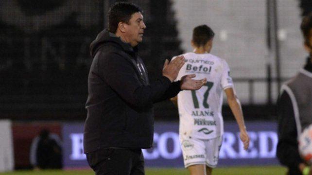 Aplausos. Germán Burgos aprueba una acción de su equipo en el primer tiempo.