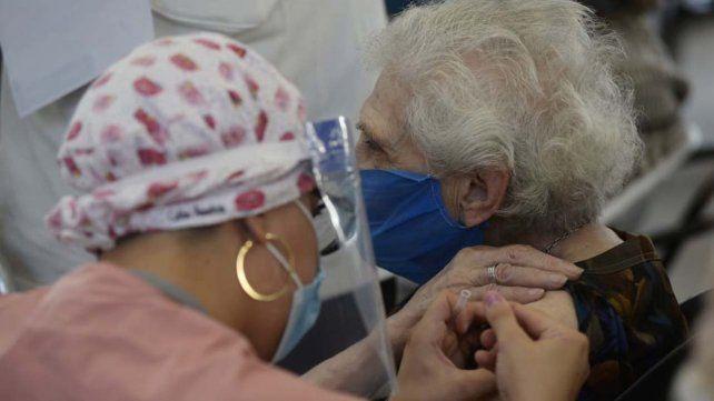 La campaña de vacunación contra el coronavirus en Rosario continúa a ritmo sostenido.