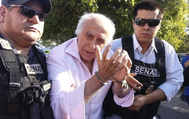 Capturado. Abdelmassih entre dos policías paraguayos. Estuvo en Europa y en Medio Oriente.