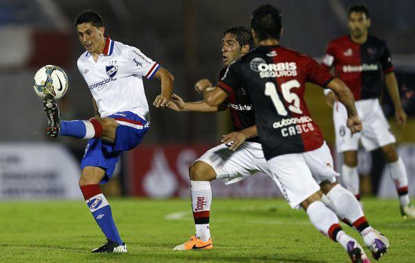 Casco acude a marcar a un rival en la noche montevideana. El lateral dijo que todo el equipo hizo un gran partido.