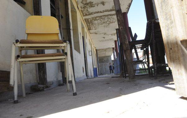 A simple vista. Cielorrasos desprendidos y otros problemas edilicios se aprecian en una recorrida por el edificio.
