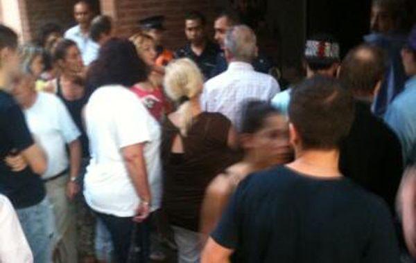 Los vecinos arremetieron contra uno de los ladrones y lo golpearon. Después lo entregaron a a la policía. (Foto: @diegogrillotrub)
