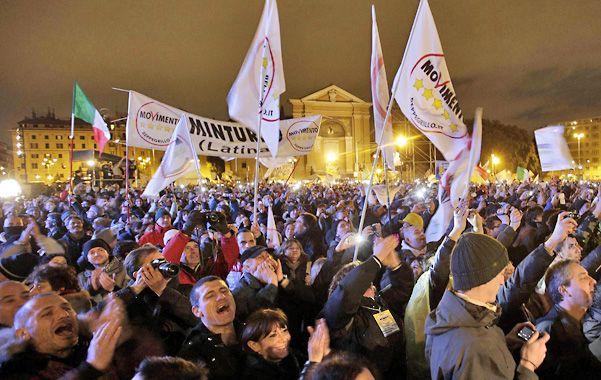 Masivo y entusiasta. El público de Grillo colmó el enorme espacio de la plaza San Juan de Letrán