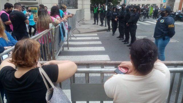 Un pequeño grupo de manifestantes espera fuera de la sede de Gobernación