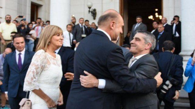 Omar Perotti se abraza con Armando Traferri en el día de la asunción.