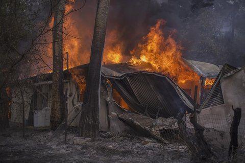 carpintería. El fuego devora bosques y barrios enteros en California.