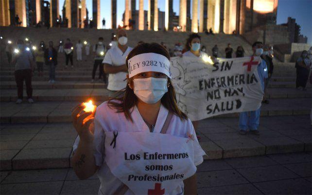 Los enfermeros marcharon en memoria de sus compañeros fallecidos durante la pandemia. Piden que se los reconozca como profesión de riesgo.