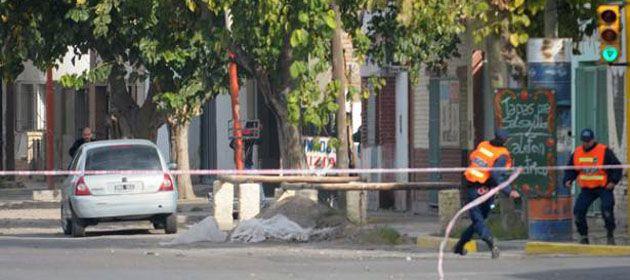 Un policía se apresta a disparar una piedra a los hinchas de Godoy Cruz.