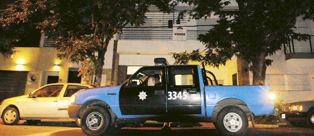 Una patrulla frente al edificio de Suipacha 830. La sustancia hallada no es de circulación prohibida