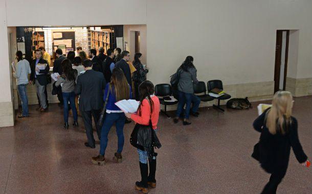 Cola. Muchos rosarinos fueron a Tribunales y al Registro Civil esta semana.