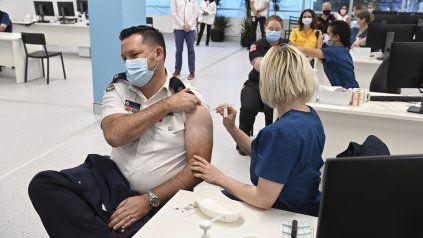 Un guardia de seguridad es vacunado en Sydney en medio de las restricciones por la aparición de casos de la variante Delta.