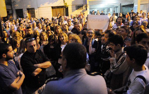 Más de dos centenares de vecinos se movilizaron anoche hasta la comisaría 1ª para manifestar su dolor e indignación.