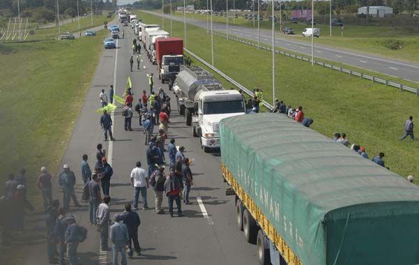 Obreros de Atucha cortaron ayer la autopista a Buenos Aires en protesta por el despido de unos 2.400 trabajadores. (Sebastián Suárez Meccia)