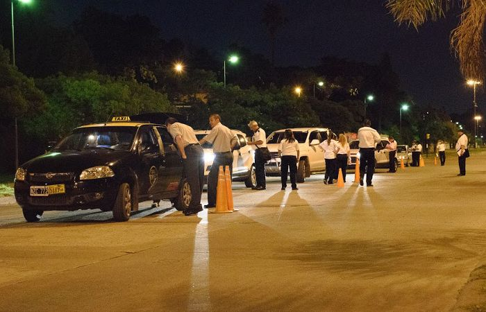 En total dueron enviado cincuenta autos y motos al corralón municipal entre el viernes a la noche y esta madrugada. (foto archivo La Capital)
