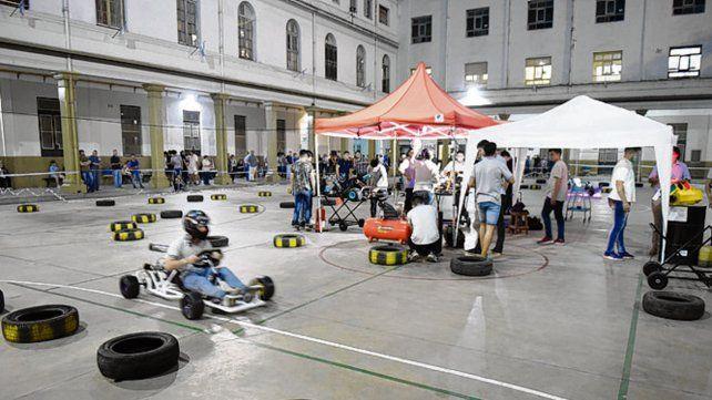 La pista de karting armada en el patio del colegio de Presidente Roca 150.