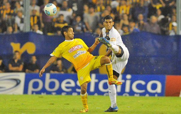 Delgado intenta despejar ante la marca de Bruno. El defensor actuó por debajo de lo que lo venía haciendo.