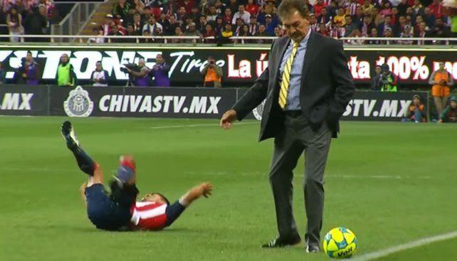 El entrenador argentino entró a la cancha y desparramó al delantero de Chivas.