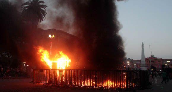 Recordaron el estallido de 2001 en Plaza de Mayo e incendiaron un gran árbol de Navidad