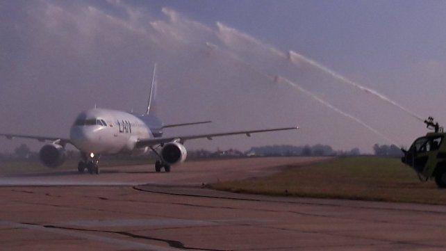 El avión de Latam es recibido con el tradicional saludo de bienvenida.