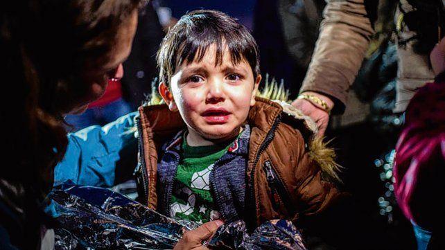 terrible. Un chico migrante llora al llegar a la isla griega de Lesbos.