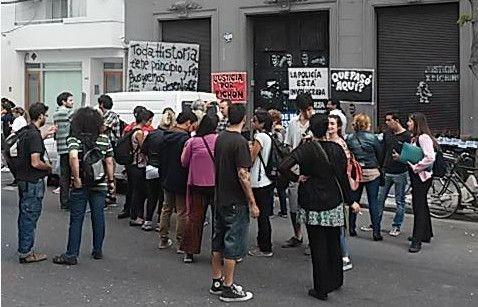 Familiares y amigos se concentraron frente al bar de calle Tucumán al 1.100. (Foto vía Twitter @PCkassabian)
