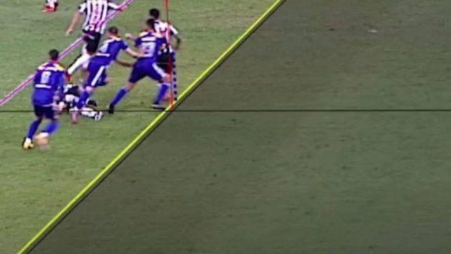 Ojo de halcón. Los jueces del VAR detectaron que la rodilla del número 23 (Pulpo González) estaba en posición adelantada.